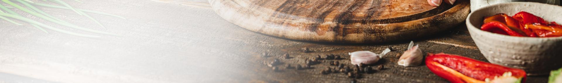 Przyprawy obok czerwonej papryki leżące na blacie